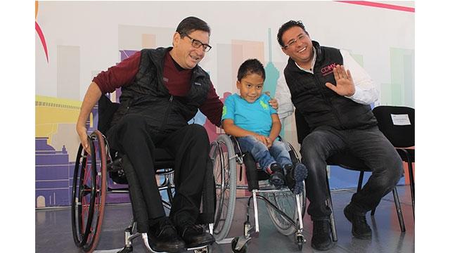Con aditamentos entregados por DIF CDMX y Vida Independiente, 69 personas con discapacidad enchulan sus sillas de ruedas