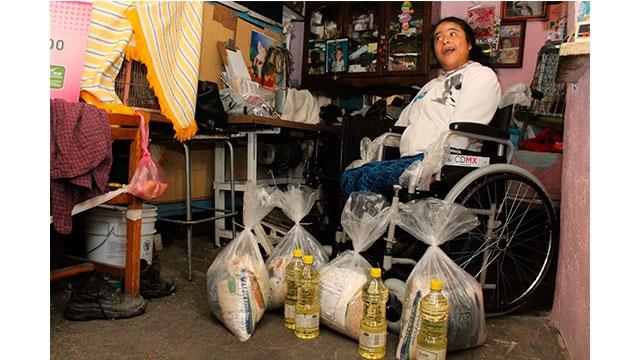 Familia en vulnerabilidad social recibe silla de ruedas y apoyo alimentario