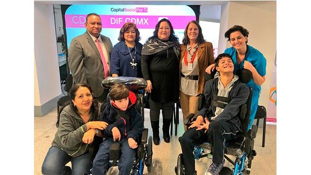 DIF CDMX entrega sillas de ruedas a personas con discapacidad de APAC IAP