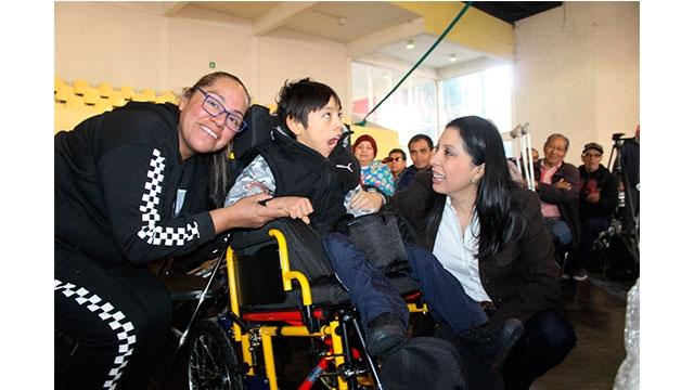 Entrega DIF Ciudad de México apoyos tecnicos a personas con discapacidad solicitadas desde 2015 y 2016